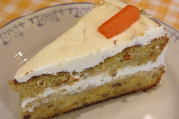морковена торта разрез парче
