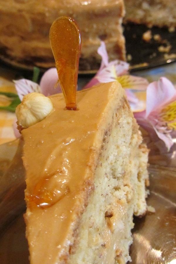 Лешникова торта с дулсе де лече разрез