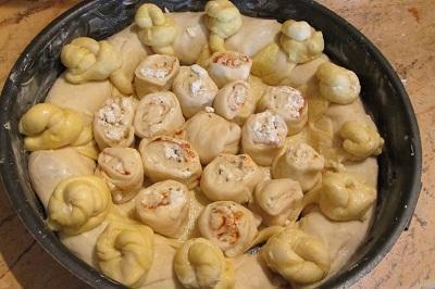 Оформяне на пластовете на питка със сирене и подправки трети