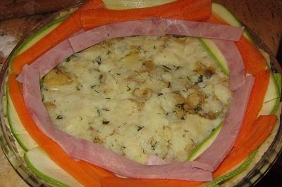 Подреждане на киш с тиквички, моркови и бекон