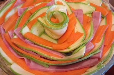 Подреждане на киш с тиквички моркови бекон