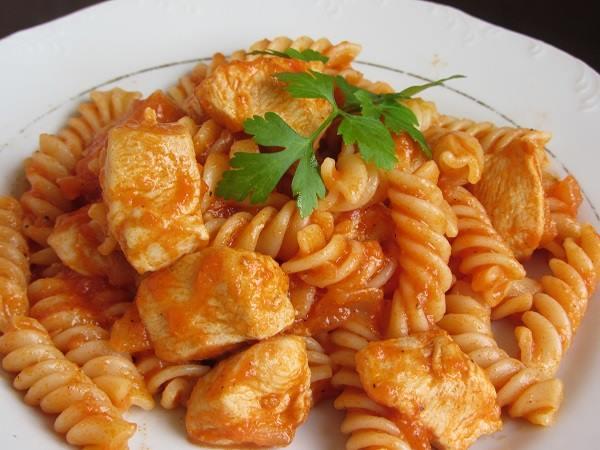 пиле с доматен сос