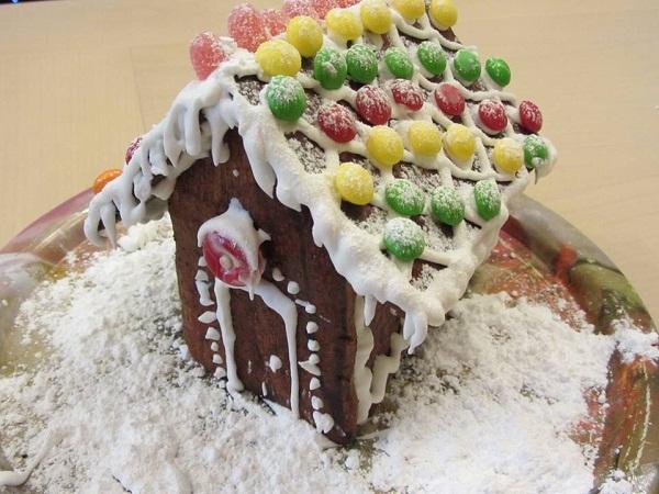 медена коледна къщичка с бонбони