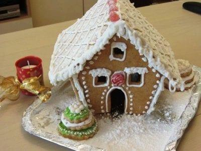 медена коледна къщичка с белтъчна глазура