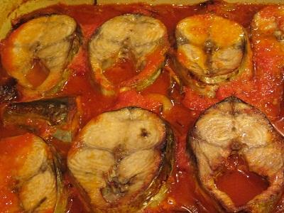 паламуд върху лук и домати рецепта
