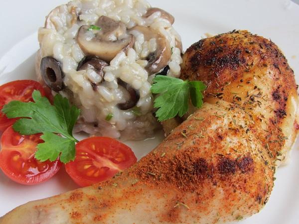 печено пиле върху сол ориз гъби