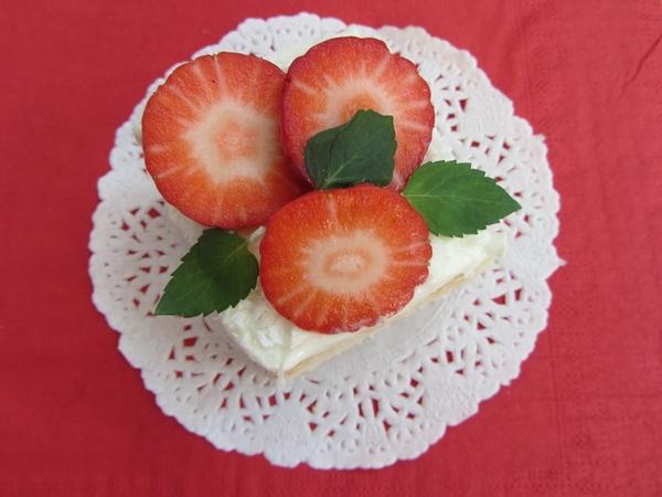 коледен-сладкиш-белтъчен-кекс-с-ягоди