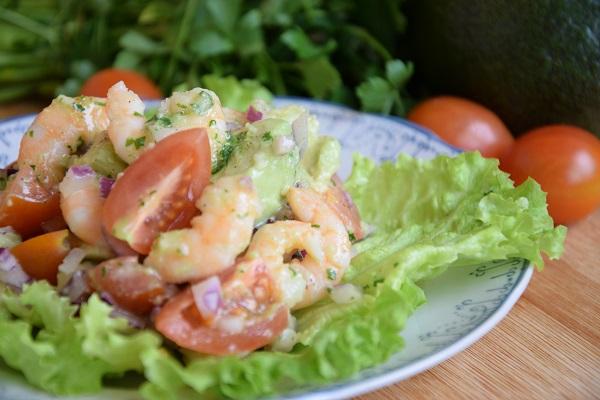 салата-с-авокадо-домати-и-скариди