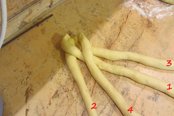 как да оформим козунак с четири фитила