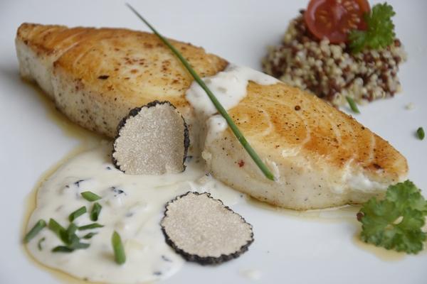 маслена риба със сос от черен трюфел и сметана