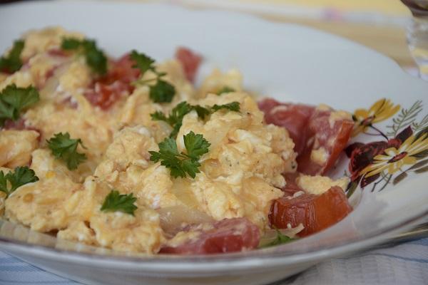 бъркани-яйца-с-домати-и-лук