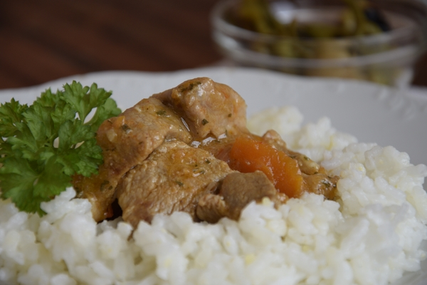 кебап от свинско върху бял ориз