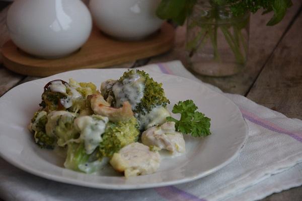 рецепта пиле с броколи и сос бешамел на фурна