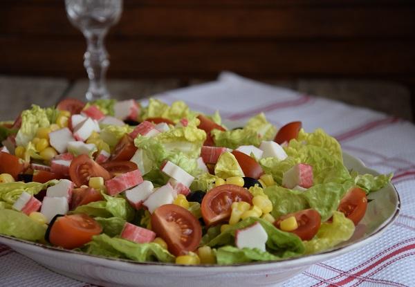 зелена салата с рулца от раци и чери домати