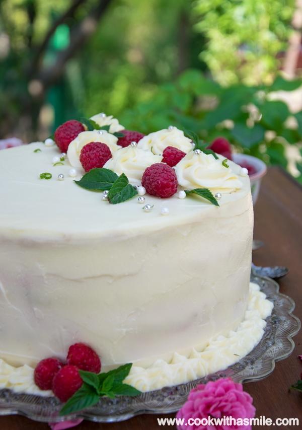 бяла торта с малинов мус