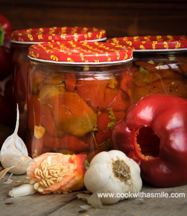 Маринована червена капия с чесън червени чушки с чесън