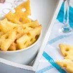 Солени бисквити със сирене и чаша студено бяло вино