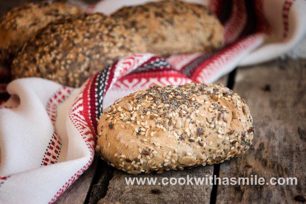 пълнозърнест хляб със семена сусам маково семе