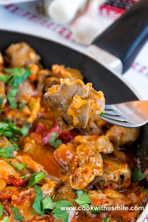пилешки сърца и воденички с лук и домати рецепта