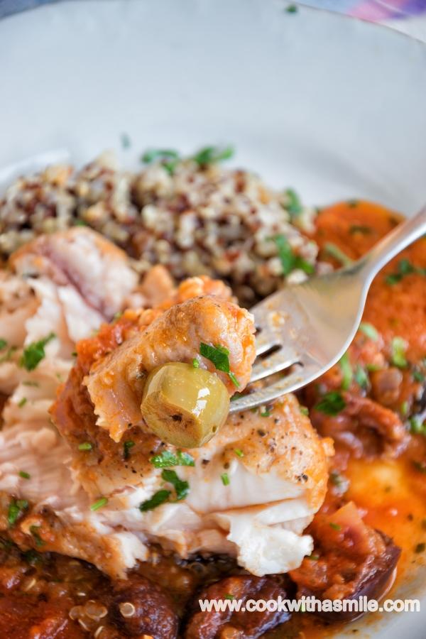рецепта за филе от сом на фурна с маслини и домати