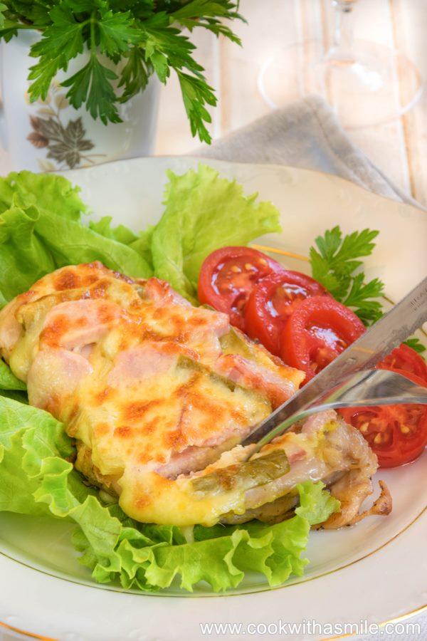 Наложени пилешки пържоли от бутчета на фурна
