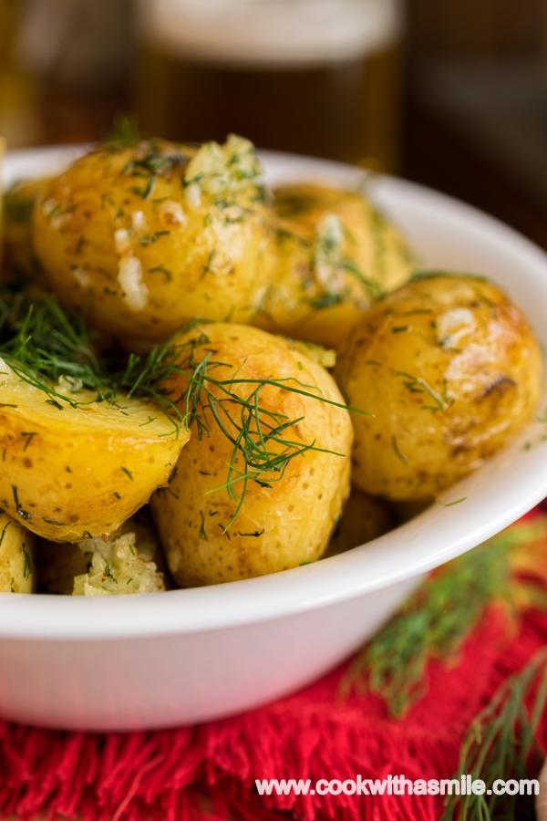 печени пресни картофи с копър и чесън