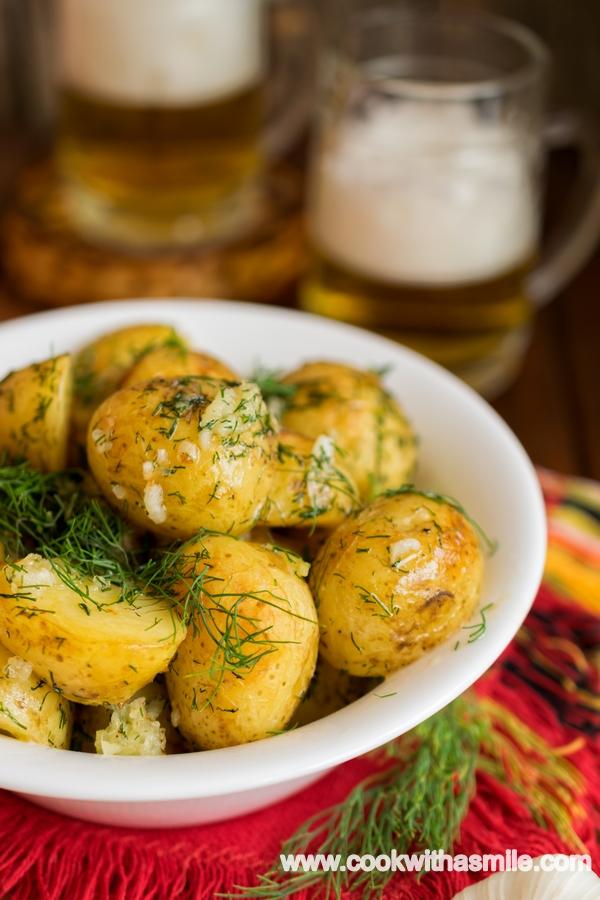 пресни картофи с копър и чесън на фурна