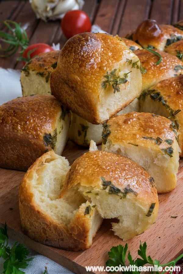 рецепта за ароматни чеснови питки с билки