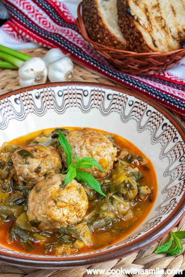 бабина-яхния-със-зелен-лук-и-кюфтета