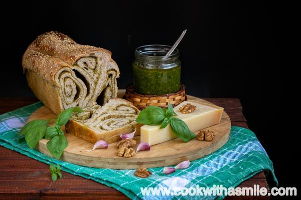 ефектен хляб с плънка от песто