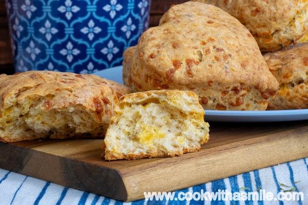 солени бисквити с чедър и мащерка