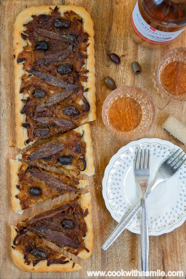 провансалски писаладиер френски плосък хляб с карамелизиран лук аншоа и маслини