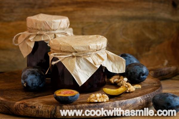 Печено сладко от сини сливи с орехи рецепта